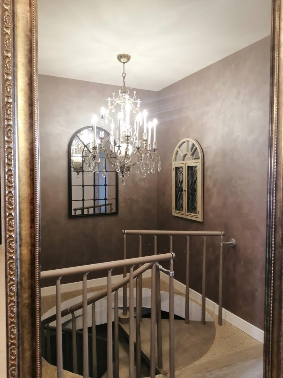 Дверь изготовлена с бронзовым зеркалом под данный интерьер