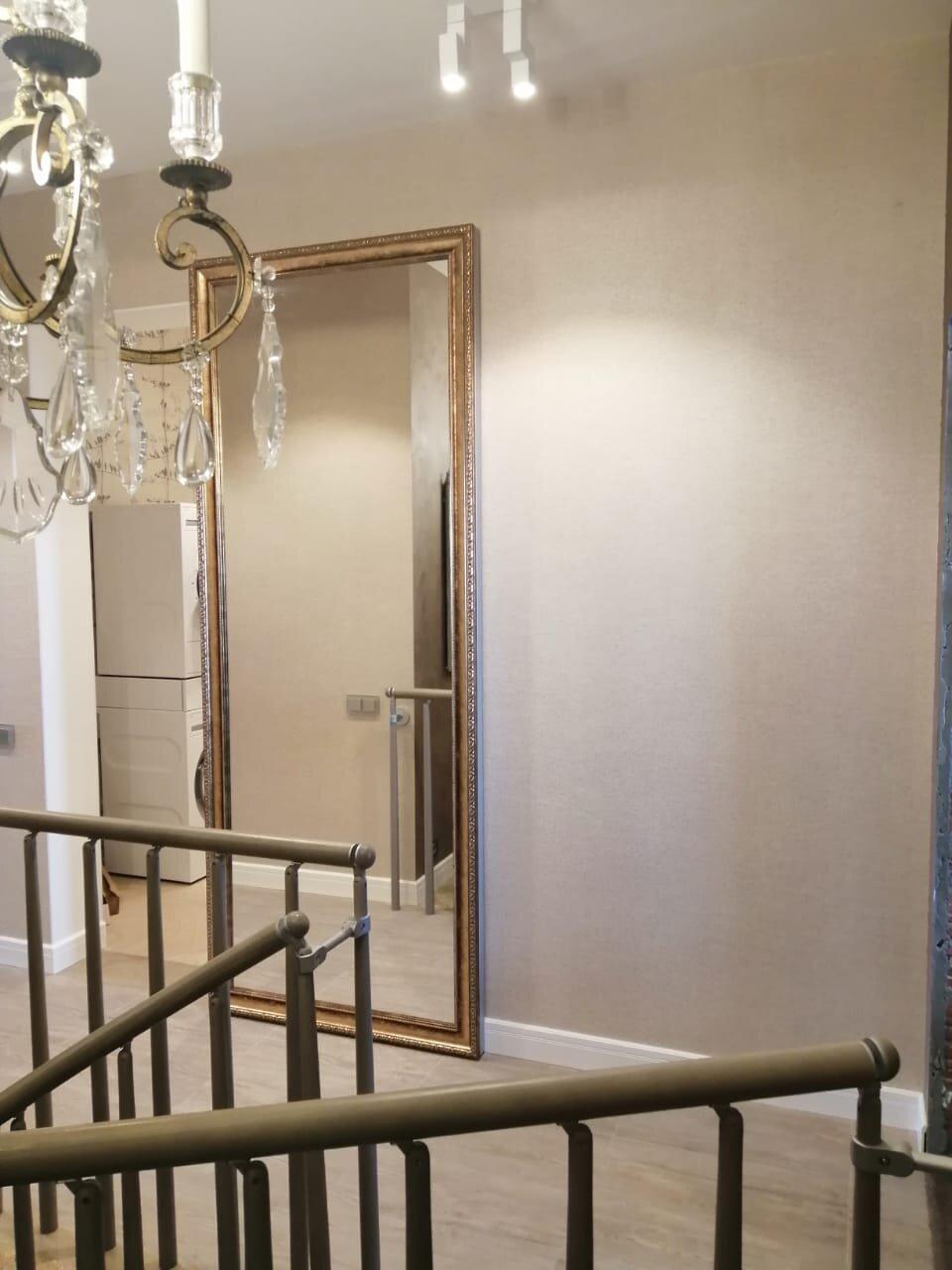По периметру, со всех четырех сторон дверь имеет 2 мм алюминиевый кантик, который защищает дверь от сколов и повреждений.