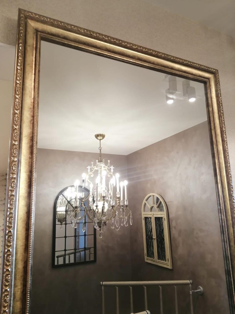 По периметру двери установлен багет золотого цвета. Ширина багета 85 мм