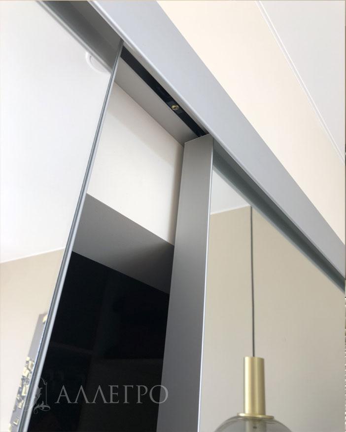 Цвет профиля раздвижного механизма совпадает по цвету с профилем самих дверей