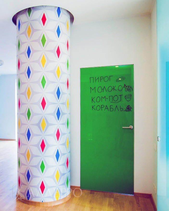 Стеклянная дверь с зеленой декоративной пленкой и возможностью рисовать на ней