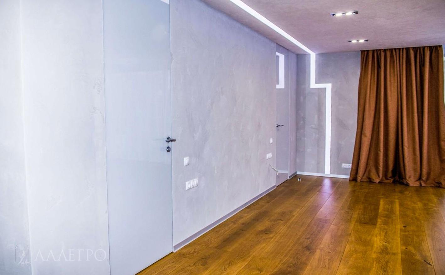 Скрытая дверь с белым глянцевым стеклом замечательно дополнят интерьер