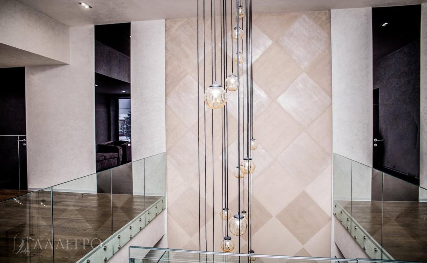 В тех проемах, где не было возможности сделать дверь от пола до полотка, мы сверху клеили стеклянные панели, выкрашенные точно в такой цвет, как и сами двери.