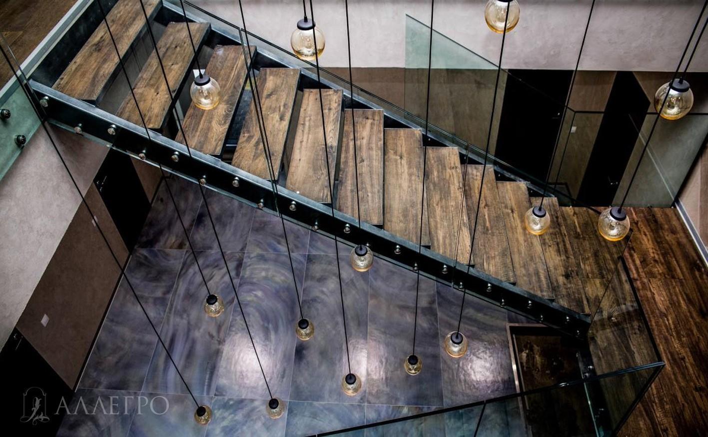 Стеклянные двери с черным стеклом подчеркивают изысканность и утонченность интерьера