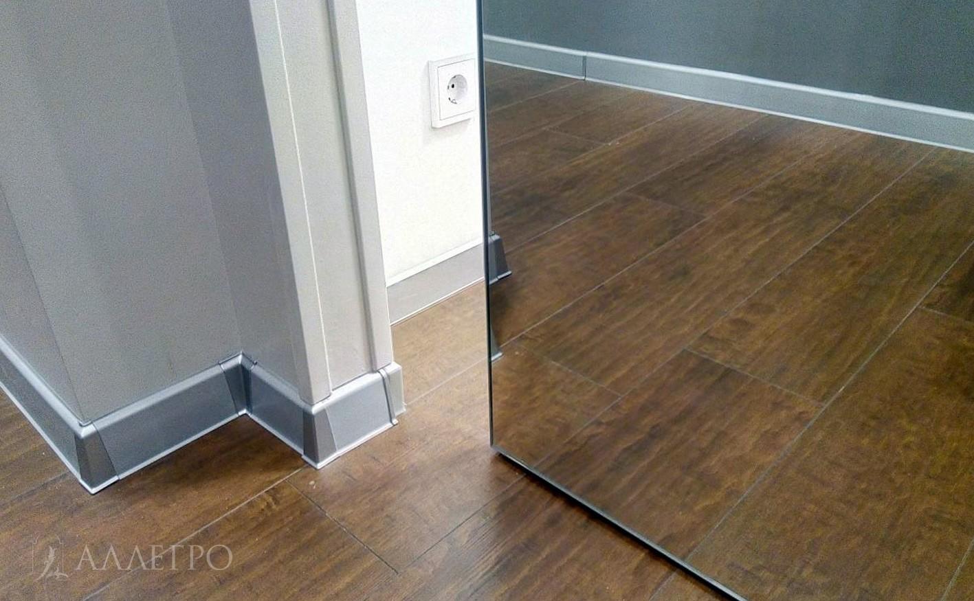 Парящая дверь с зеркальным полотном