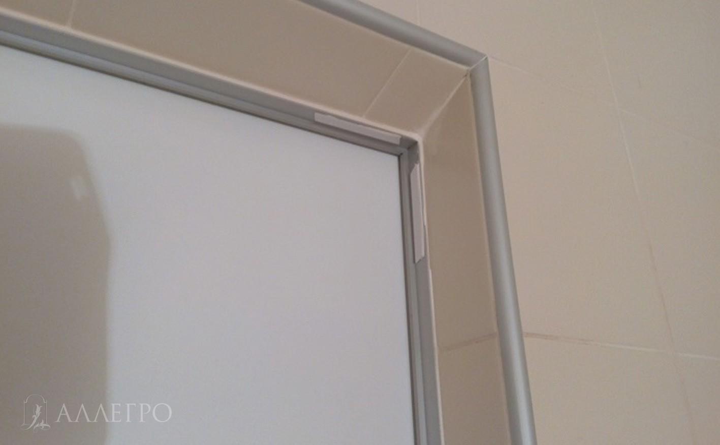 С внутренней стороны плитка заведена в проем и затем под коробку с использованием внешнего алюминиевого уголка