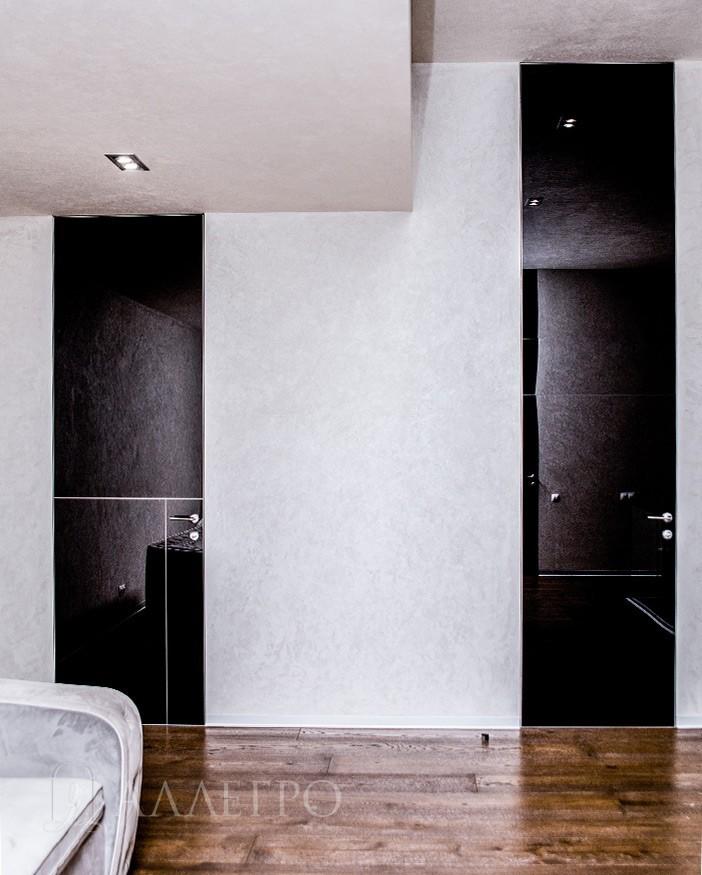 Двери с черным глянцевым стеклом, высота полотен 2600 и 3500 мм