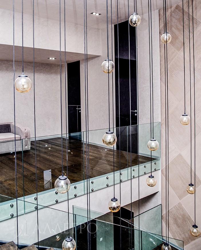 Стильные зеркальные двери с глянцевым стеклом