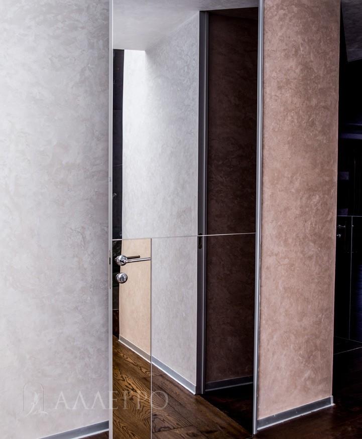 Фото зеркальной двери с обратной стороны. Базовое исполнение - зеркальное полотно с двух сторон