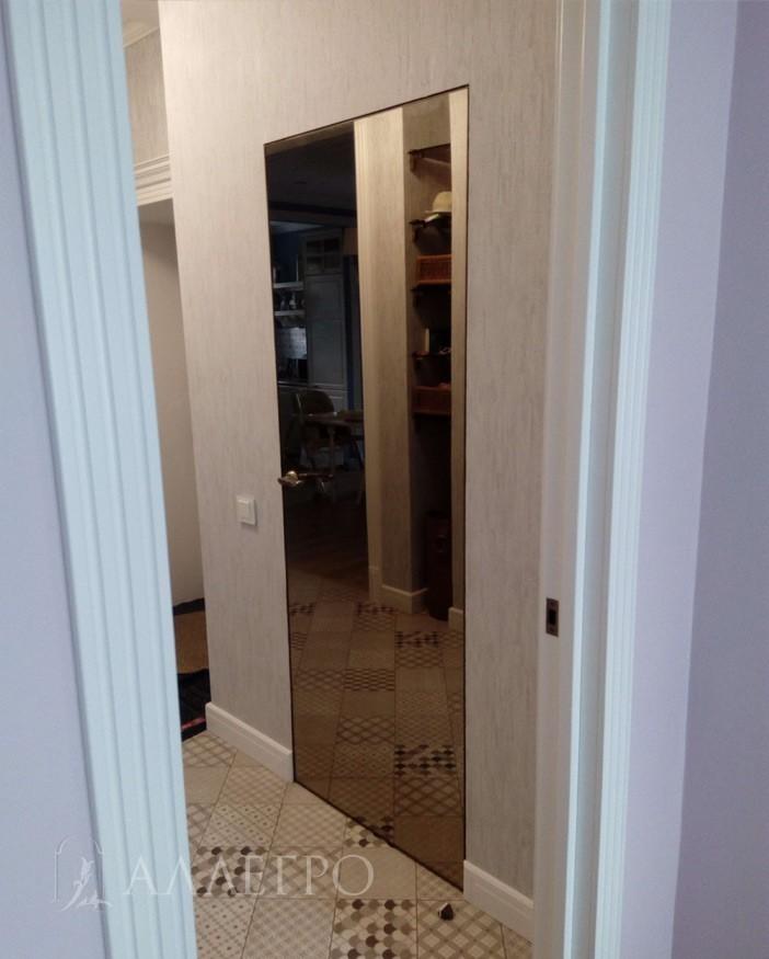 Толщина полотна - 40 мм. Состоит из двух зеркальных бронзовых панелей толщиной 5 мм, между которыми находится наполнитель. Кромка полотна или торец полотна отделан алюминием и окрашен в бронзовый цвет.