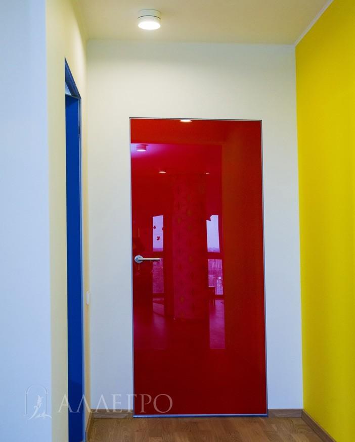 Алюминиевый профиль на двери и скрытой коробке может красится в любой цвет по шкале RAL. На фото - серебряный базовый цвет. Наценка  - дороже на 30%