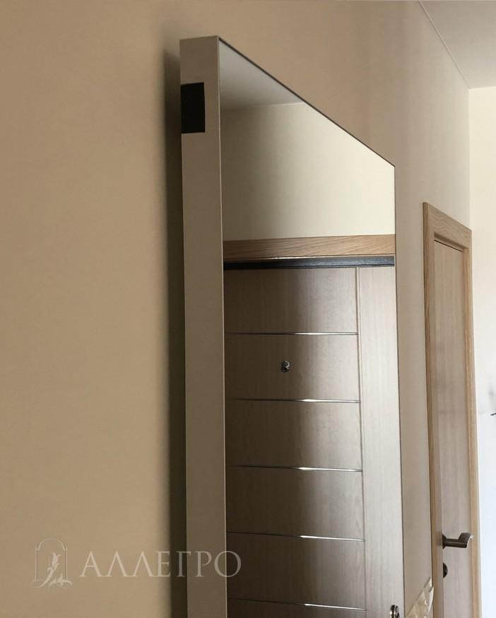 Торец полотна или кантик отделан анодированным алюминием. Цвет серебряный. Кантик вместе с каркасом двери составляют единый профиль и неотделимы друг от друга. Толщина кантика - 2 мм. Надежно защищает зеркало от сколов