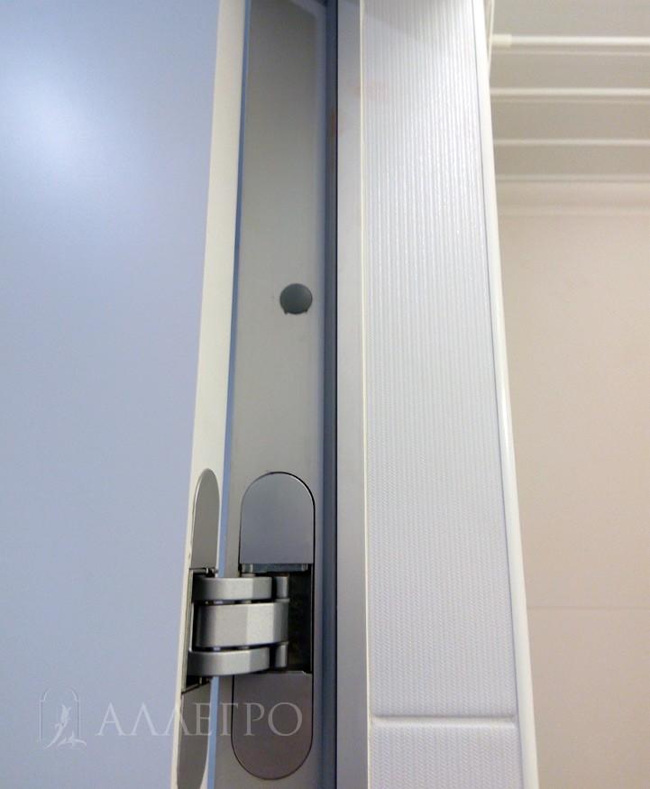 Вид сзади. Алюминиевая скрытая коробка с подведенной плиткой в санузле. Скрытая коробка сделана на 100% из авиационного алюминиевого профиля. Комплектуется скрытыми итальянскими петлями AGB