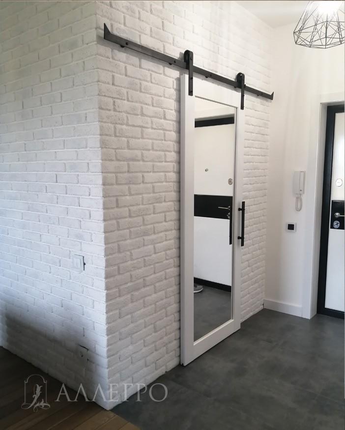 В комплект входит полотно, раздвижной амбарный механизм, ручка. На двери дается гарантия 1 год. Дверь должна перекрывать проем на 5 см с каждой стороны. Иначе будут видны просветы.