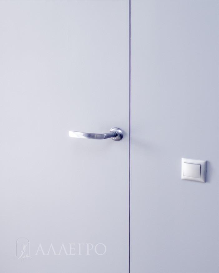 4. Алюминиевый кантик не виден. Для этого нужно наклеить на дверь стеклохолст, затем зашпаклевать и покрасить.