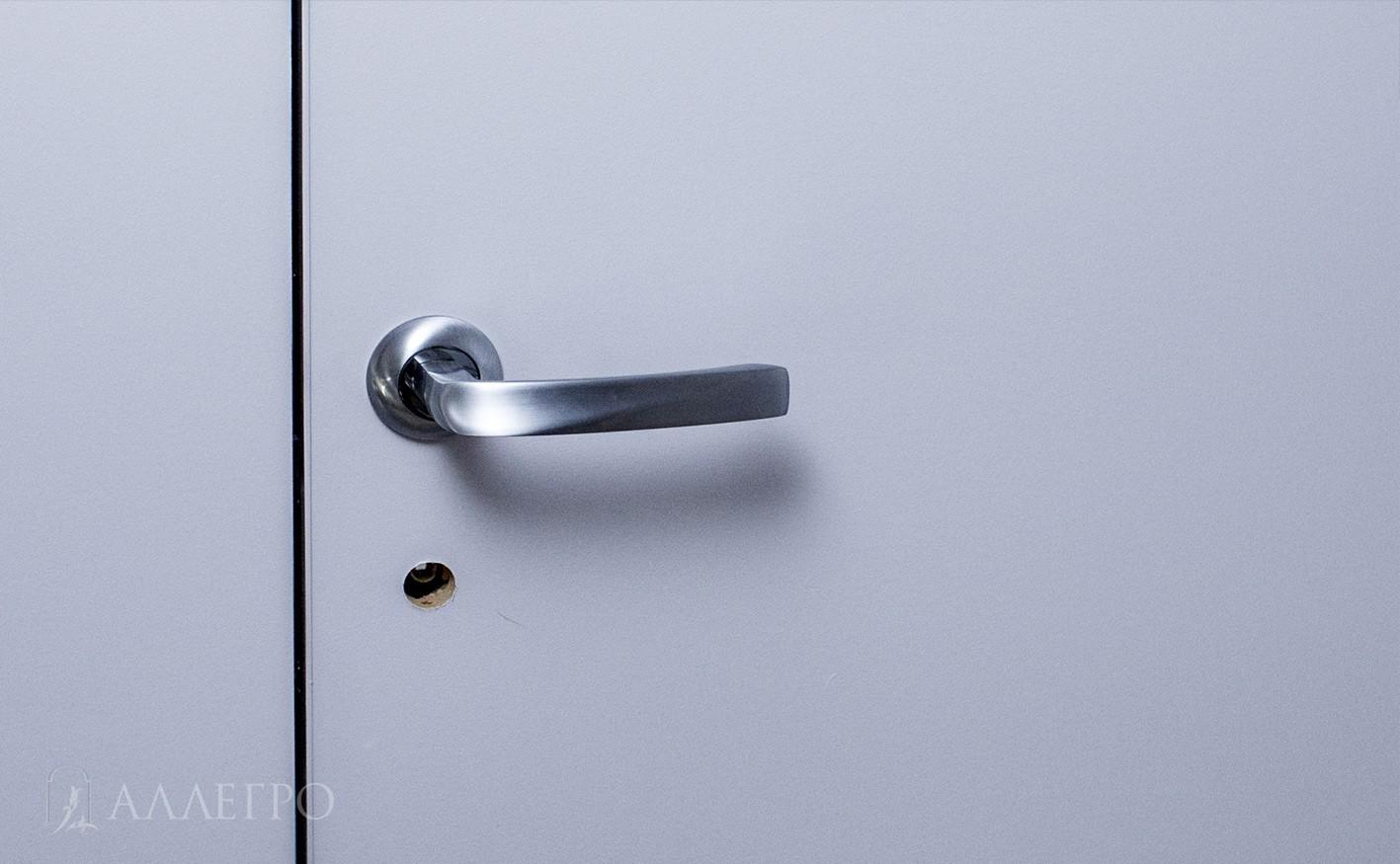 8. А здесь на фото дверь уже с ручкой и ниже сделано отверстие под защелку.