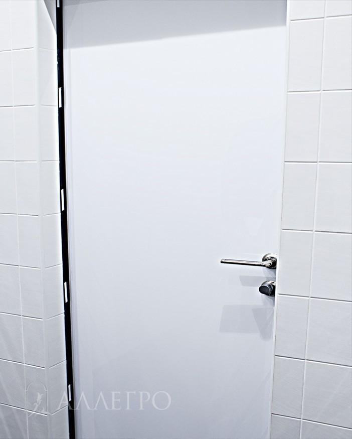 2. С обратной стороны цвет двери - белый