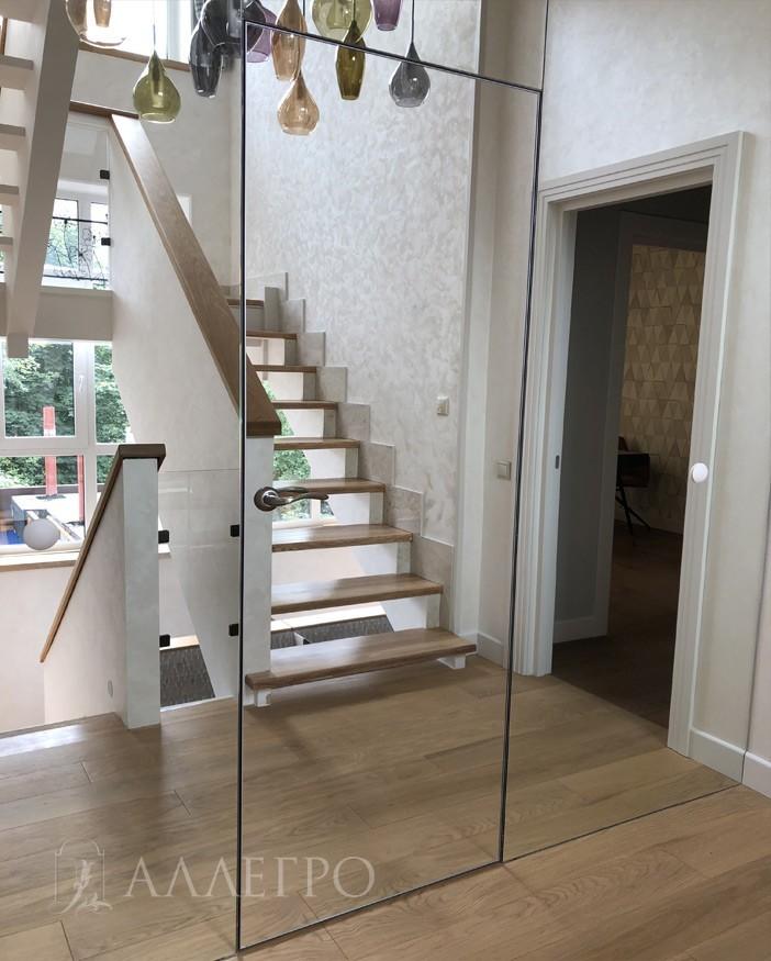 Скрытая зеркальная дверь со стеновыми панелями
