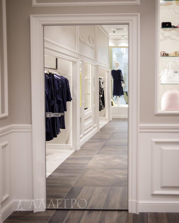 Зеркальная дверь скрытого монтажа. Декорирована под классическую с наличниками