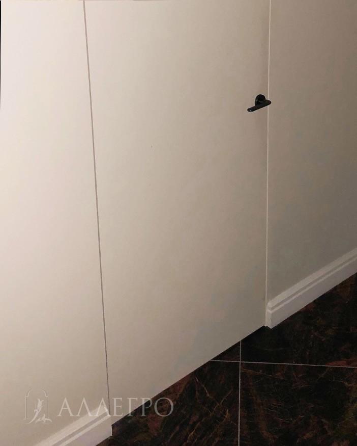 Вот так выглядит нижняя часть изделия. Пол, плинтуса, стены, само скрытое полотно