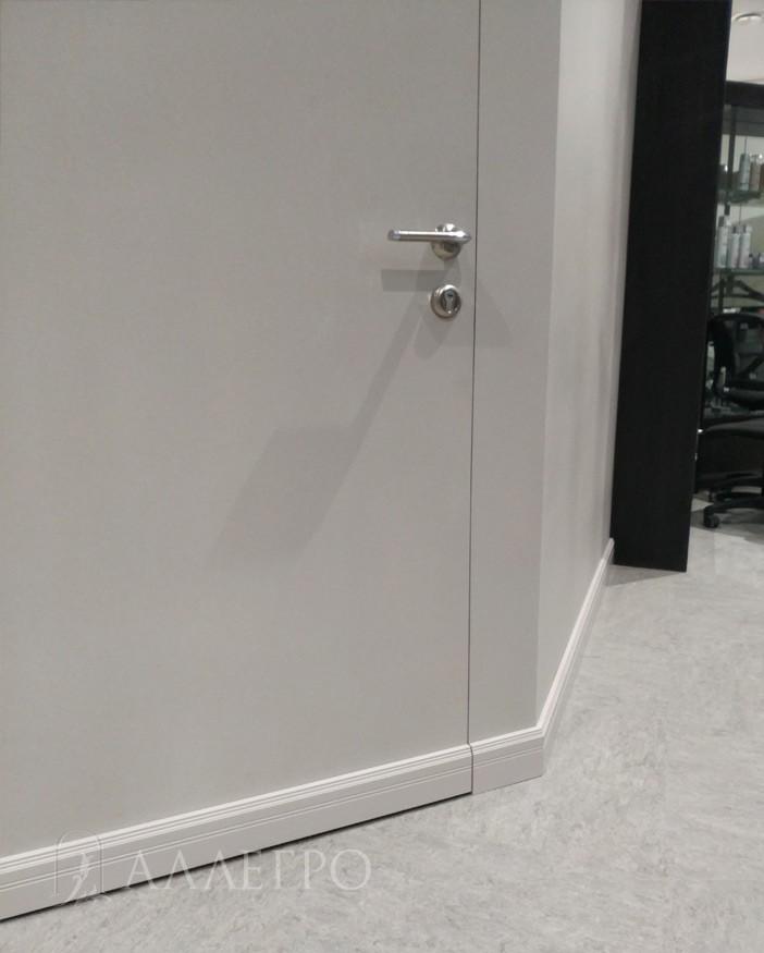 Вот так выглядит наклееный плинтус на дверь и на стены