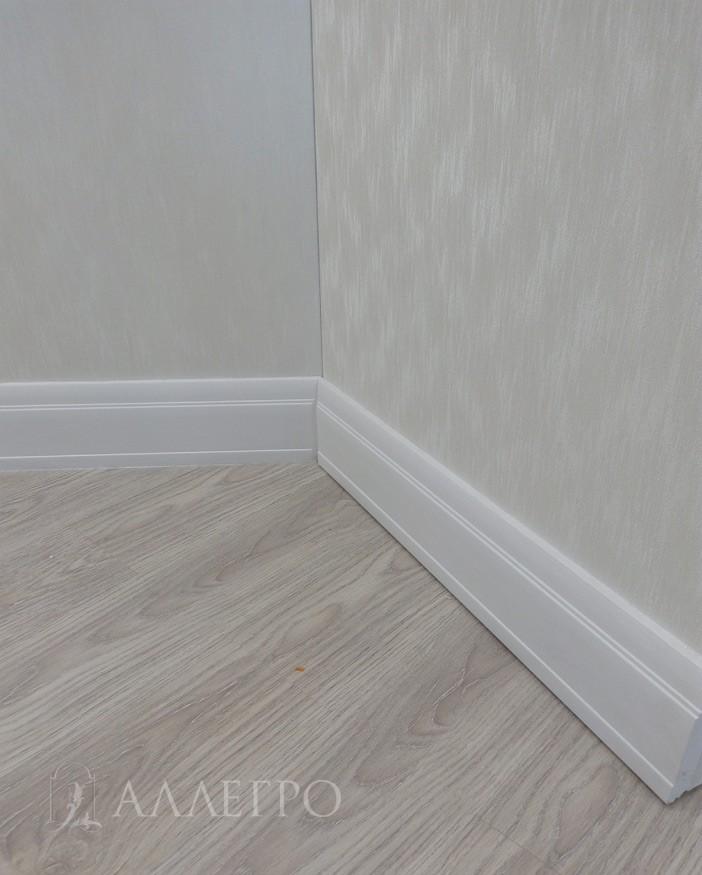 11. На данном фото показано, как дверь оклеена снизу плинтусом