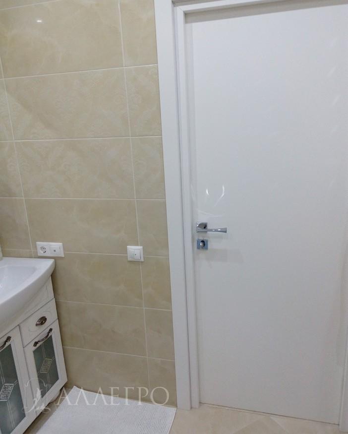 3. Дверь облицована наличниками и добором