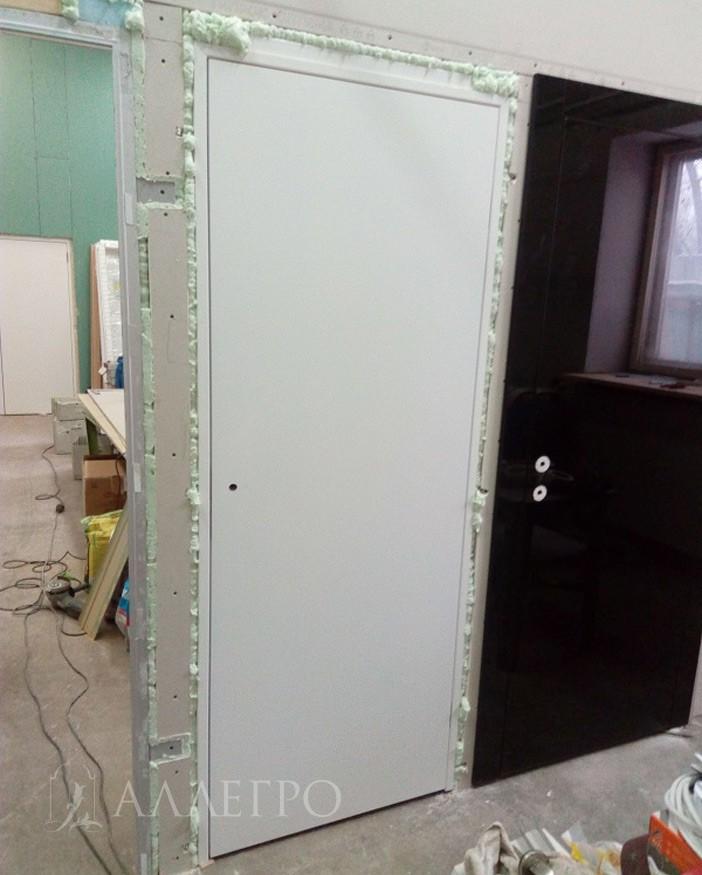 ШАГ1в Двери установлены на черновой пол. Снизу подложены дощечки под уровень ламината. При укладке ламината дощечки снимут и вместо них будет ламинат
