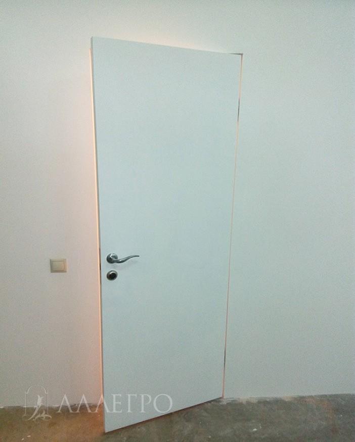 ИТОГ6 Скрытая дверь, окрашенная краской в приоткрытом виде