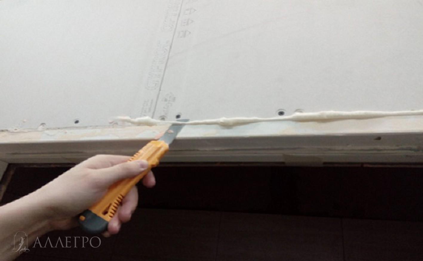 ШАГ2б Срезаем лишнюю пену, которая выступает за плоскость двери