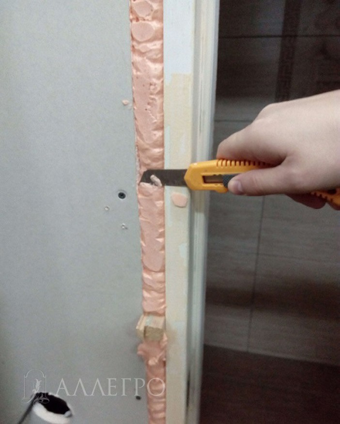 ШАГ2а Срезаем лишнюю пену, которая выступает за плоскость двери