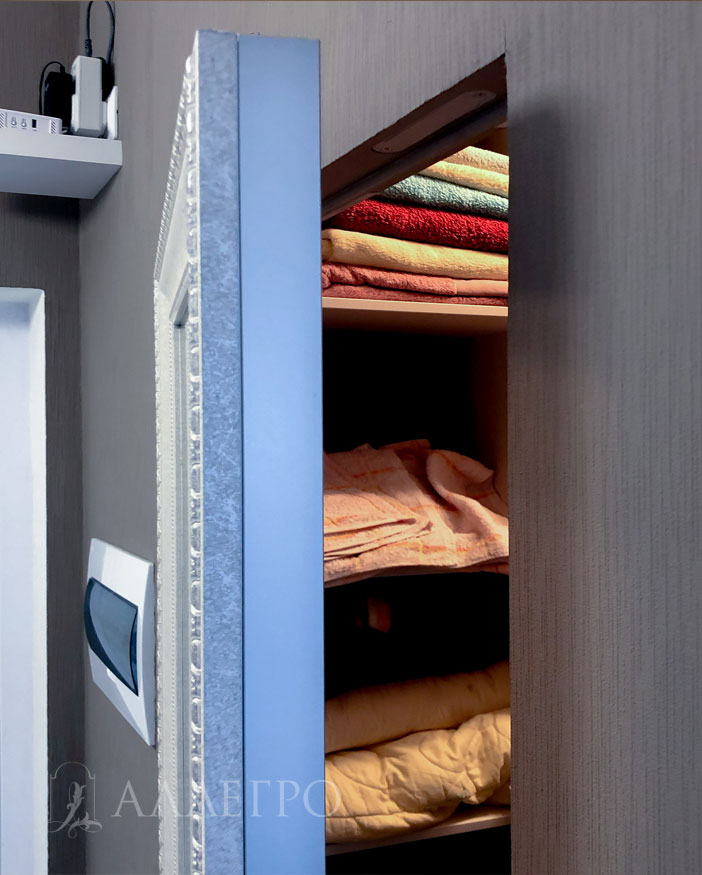 Дверь в приоткрытом состоянии. Виден алюминиевый профиль и сам багет. В основе самой двери лежит каркас из алюминиевого профиля. Поэтому дверь очень прочная и ее сложно разбить