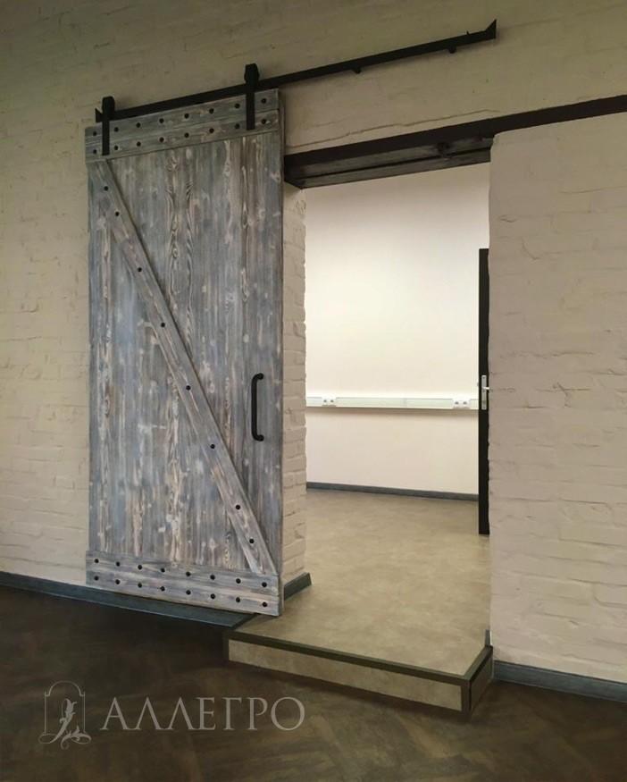Отделка двери может как  базовой  и окрашиваться в наши стандартные цвета без наценки, так и под заказ в цвет заказчика, но с соответствующей наценкой.