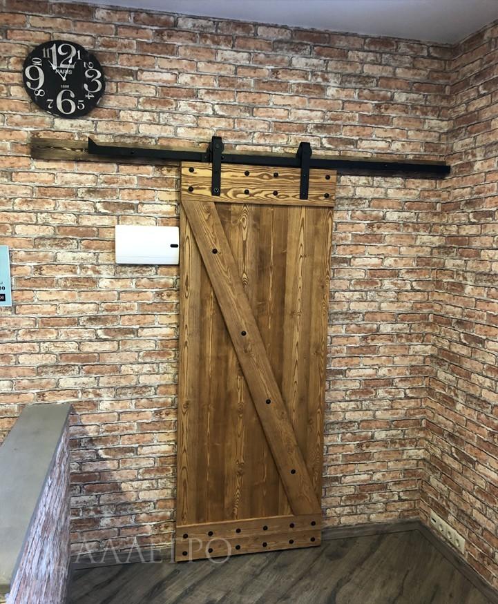 На данном фото дверь покрыта одним из видов древесных пропиток.