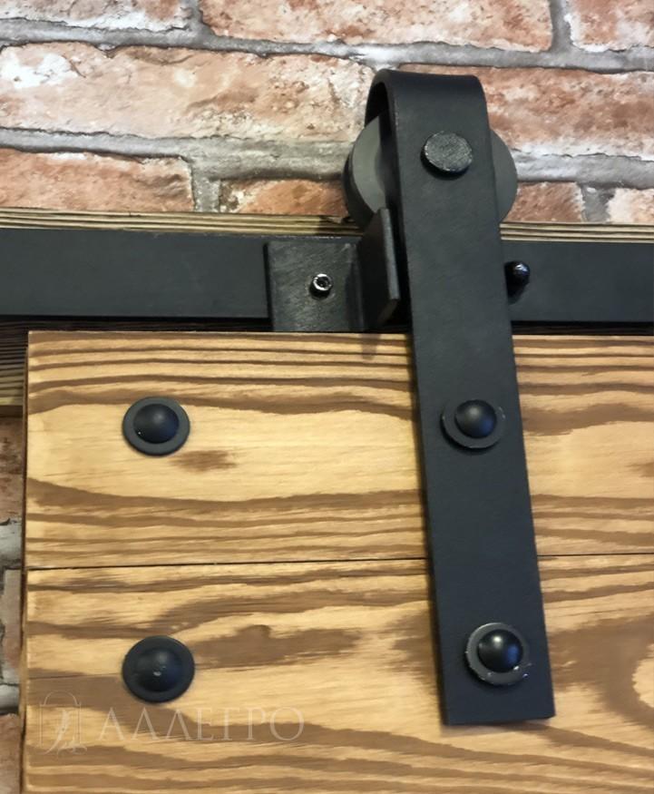 Место крепления ролика со скобой к двери. Крепится двумя надежными болтами и с обратной стороны прикручивается гайкой.