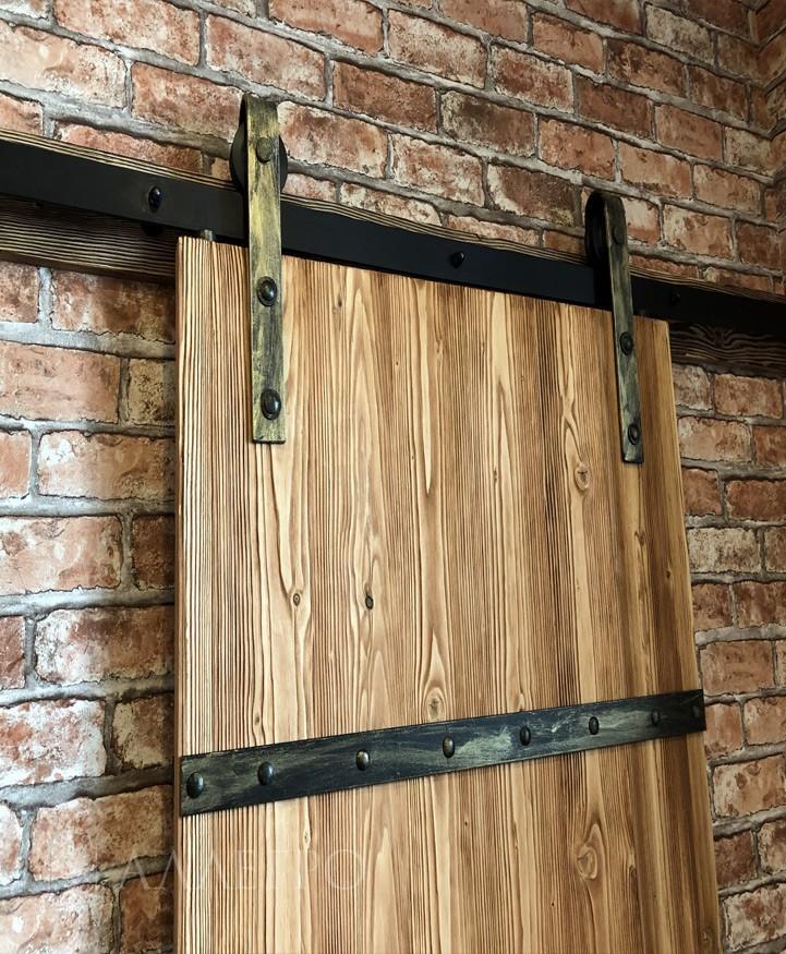 Амбарная дверь плюс раздвижной механизм лофт с золотым патинированием. Есть также возможность наносить серебряное патинирование либо красить механизм в любой цвет по шкале RAL