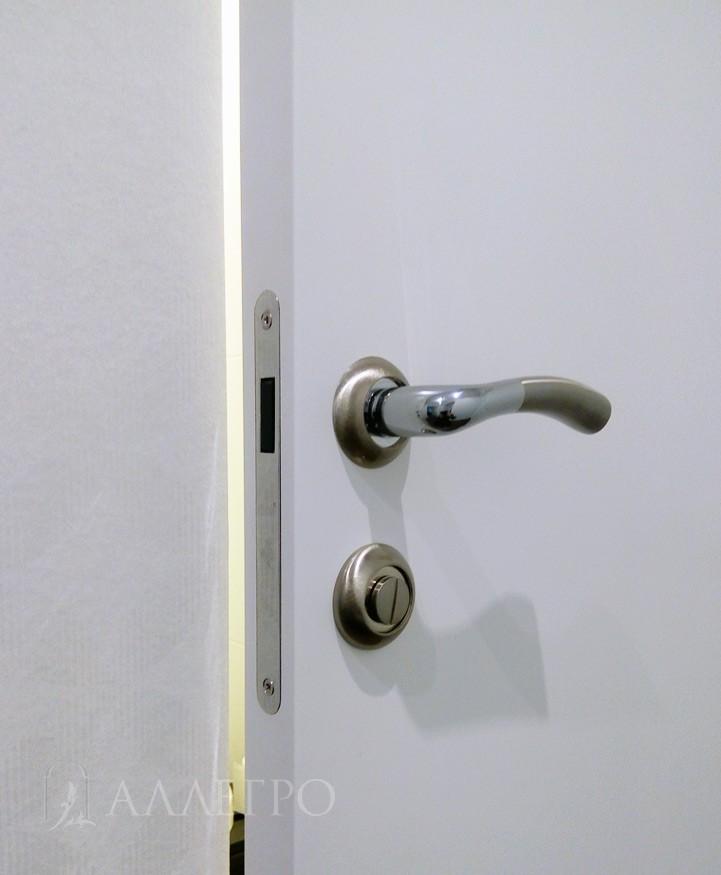 Комплектуется только магнитными замками, которые являются бесшумными и бесконтактными. Если нужен алюминиевый кантик - доплата + 3000 руб.