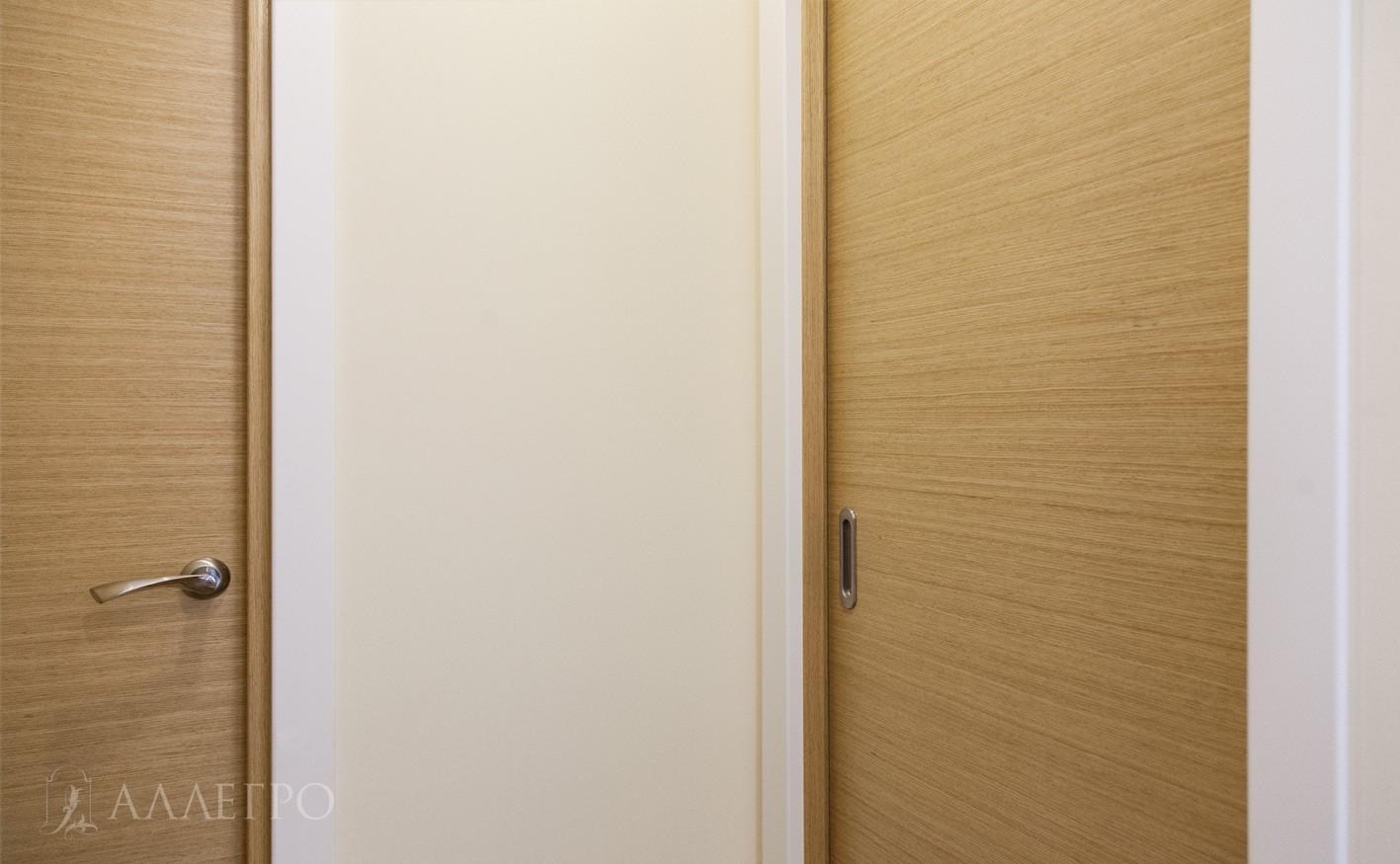 Двери обрамлены белыми наличниками