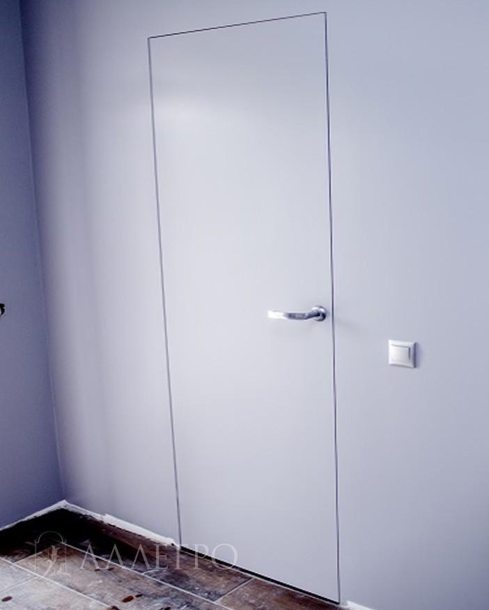 Дверь окрашена в белый цвет вместе со стенами