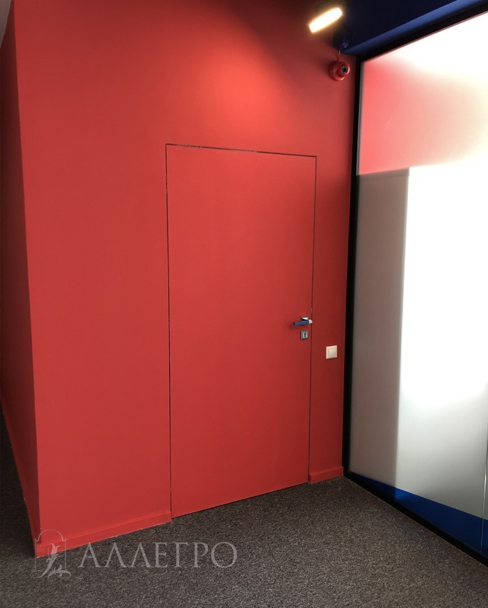 Окраска двери произведена в красный цвет вместе со стенами