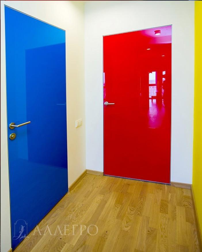 Дверь окрашена в высокий глянец. Контрастирует со стенами