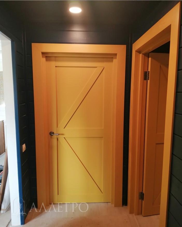 Распашной вариант - в комплект входит полотно, дверная коробка, 5 наличников. Раздвижной вариант - полотно, амбарный раздвижной механизм. Ручки, петли, замки заказываются отдельно