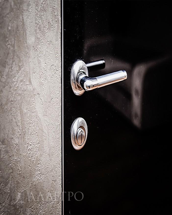 Алюминиевый кантик толщиной 2 мм. Обрамляет дверь с четырех сторон