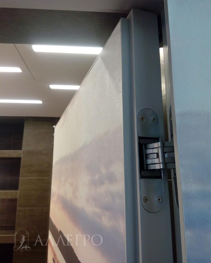 Алюминиевый профиль с четвертью и скрытая петля. Такая конструкция позволяет открываться невидимой двери от себя во внутрь