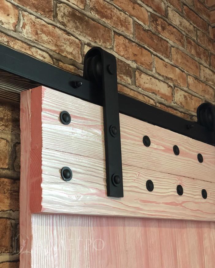 Механизм лофт вместе с болтами в двери покрыт черной кузнечной краской