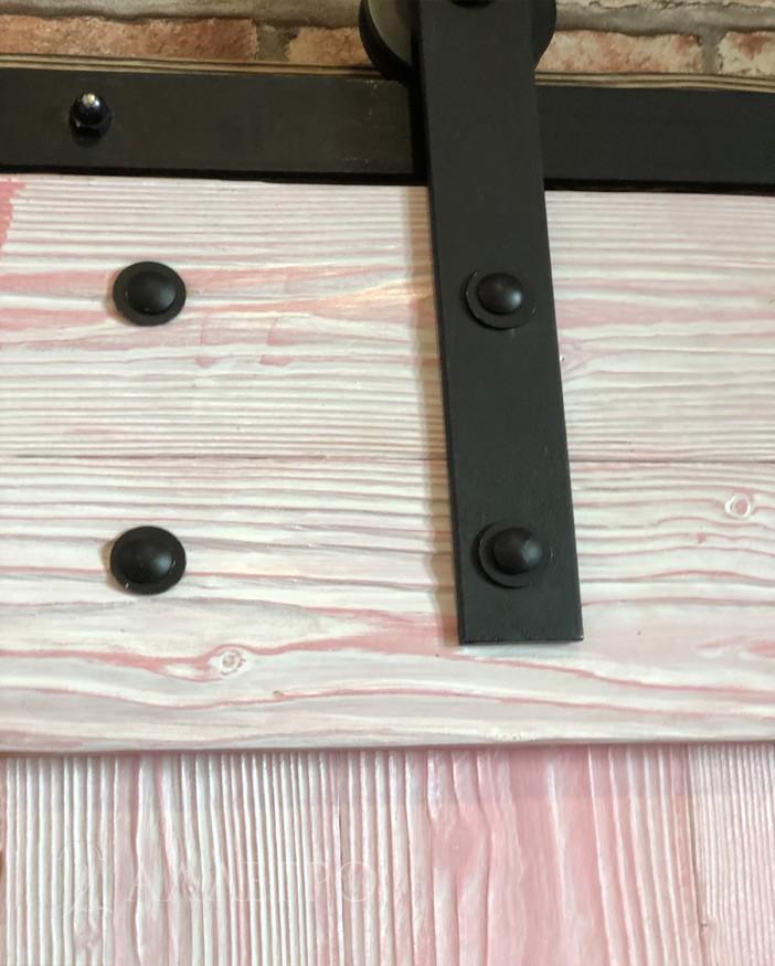 Болты с шайбами, крепления и рельс от амбарного механизма для дверей