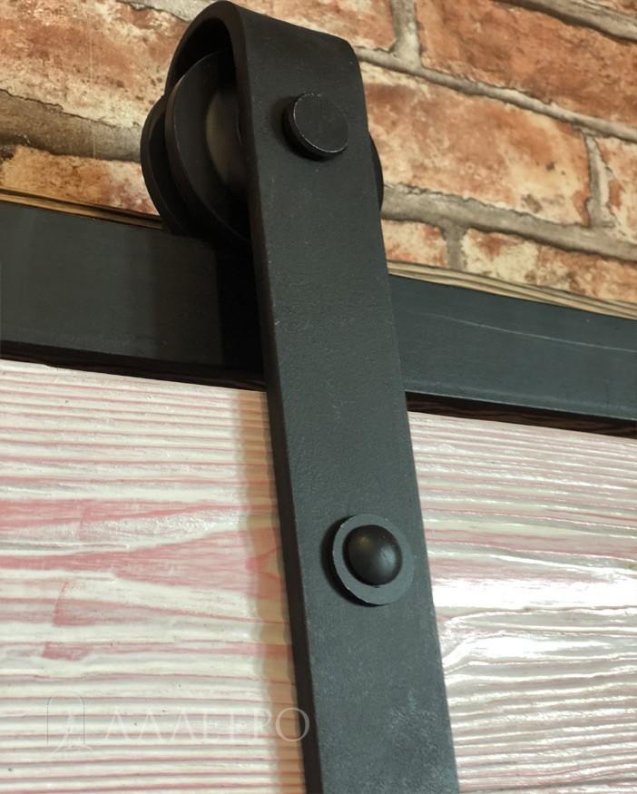 Крупный план каретки с роликом механизма для амбарной двери