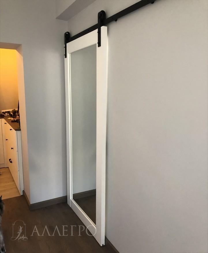 Зеркальная дверь лофт на раздвижном амбарном механизме