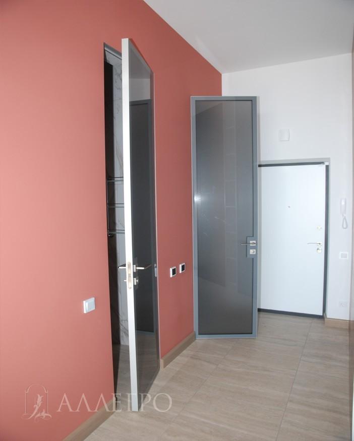 Стеклянные двери имеют алюминиевый каркас и алюминиевый кантик по периметру двери с четырех сторон, который защищает стекло.