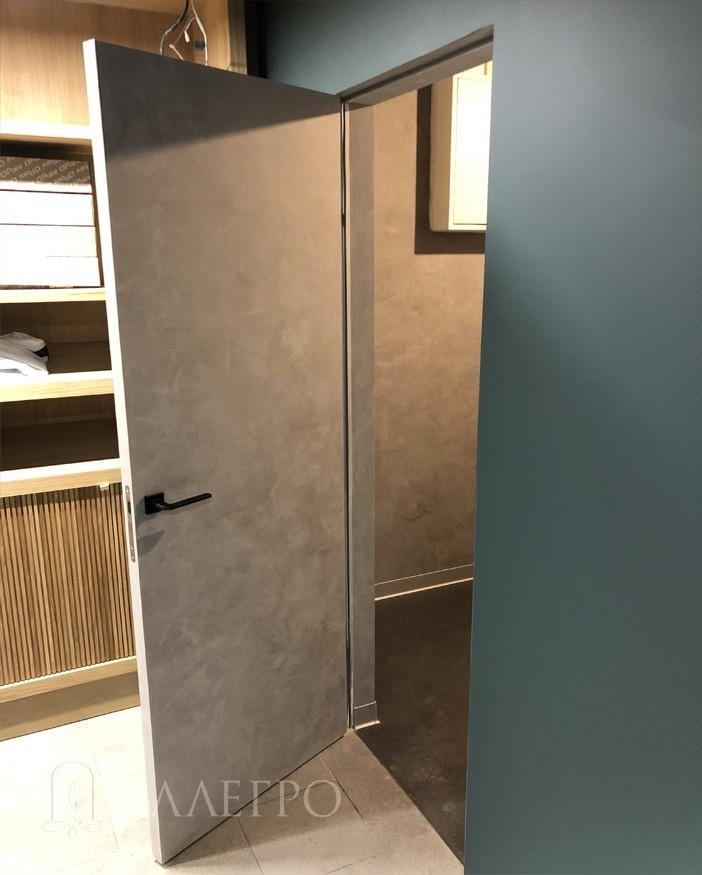 Видна обратная сторона межкомнатных деревянных дверей под покраску.Также окрашена другим цветом